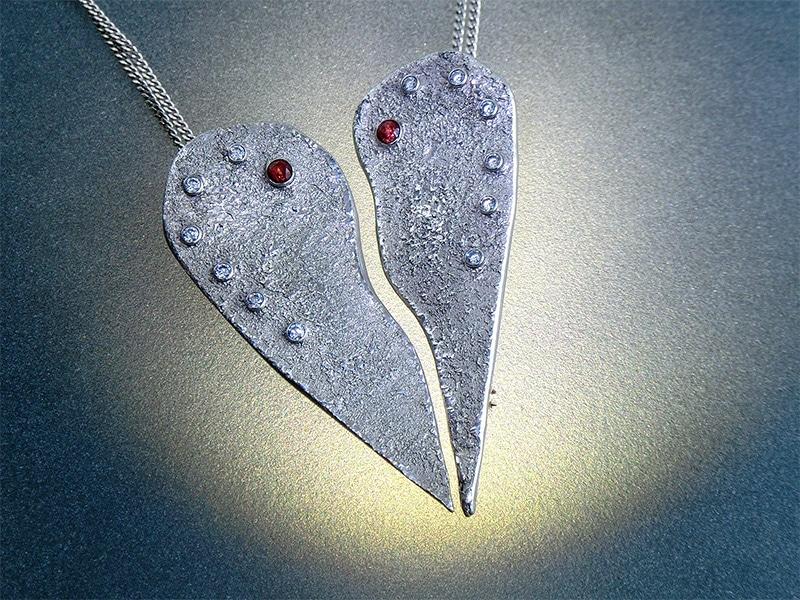zwei Silberanhänger aus Art Clay, die zusammen ein Herz bilden