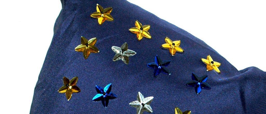 Kissen mit facettierten Ka-Jinker Sternen in verschiedenen Farben
